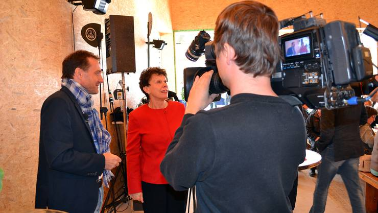 Unternehmer Guido Fluri und Regierungsrätig Esther Gassler im Fokus des Fernsehens
