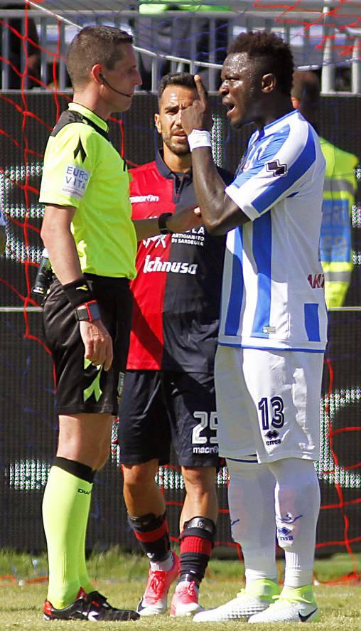 Sulley Muntari (r.) beschwert sich beim Schiedsrichter.