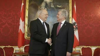 Bundespräsident Schneider-Amman (links) diskutierte in Wien mit seinem österreichischen Amtskollegen Heinz Fischer unter anderem über die Flüchtlingskrise.