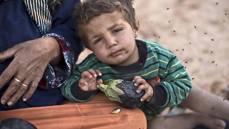 Ein syrischer Flüchtlingsjunge in einem nicht offiziellen Flüchtlingslager in Jordanien nahe der syrischen Grenze (Archiv/Symbolbild).