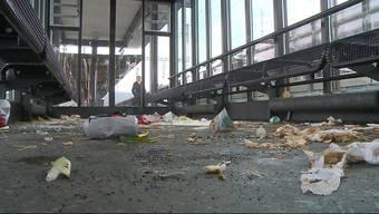 Übler Anblick und bestialischer Gestank: Ein SBB-Wartehäuschen am Bahnhof in Brugg wurde von Unbekannten mit Esswaren verwüstet.
