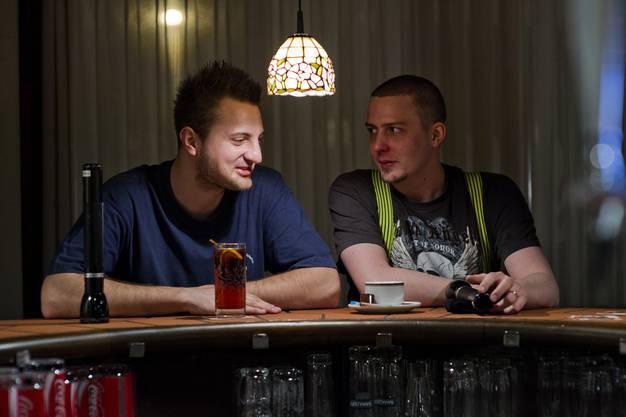 Während der Tour kehren die beiden auch kurz im Restaurant Traube ein, wo sie ein Getränk spendiert bekommen