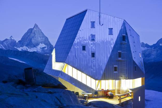 Heute schläft es sich unter Duvets, Warmwasserdusche inklusive: Topmodern die neue Monte-Rosa-Hütte, im Hintergrund das Matterhorn.