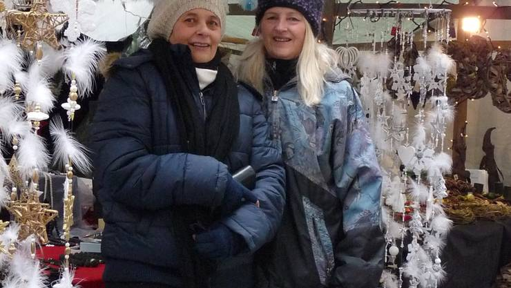 Die Blachendächer halten dem Schnee nur begrenzt stand: Lisbeth Meier (rechts) und ihre Schwester Bea Huber vor ihrem Marktstand. AK