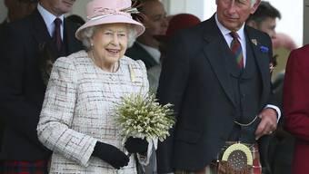 Die Highland-Games lässt sich die Queen auch in diesem Jahr nicht entgehen. Und auch ihr Sohn Charles ist dabei - stilgerecht im Schottenrock.