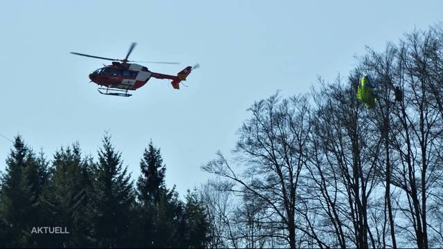 Gleitschirm-Pilot hängt 4 Stunden lang in Baum fest