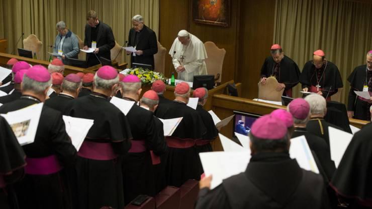Papst Franziskus (M.) und Bischöfe am zweiten Tag der Kinderschutz-Konferenz im Vatikan.