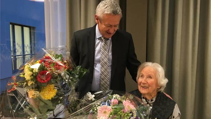 Jubilarin Olga Wassmer freut sich über die Blumensträusse, die ihr Gemeindeammann Ruedi Hediger von Gemeinderat und Aargauer Regierung überbringt.
