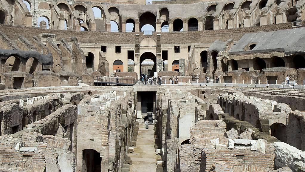 Besucher stehen im neuen Gänge-System des Kolosseums. Künftig kann das unterirdische Innenleben des antiken Amphitheaters besichtigt werden. Foto: Roberto Monaldo/LaPresse via ZUMA Press/dpa