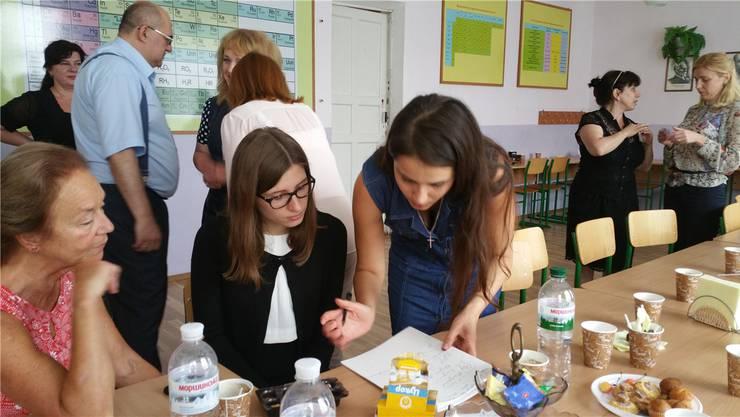 Die Basler Lehrerin Monika Wiedemann (ganz links) beim Treffen mit ukrainischen Lehrern und Schulleitern.