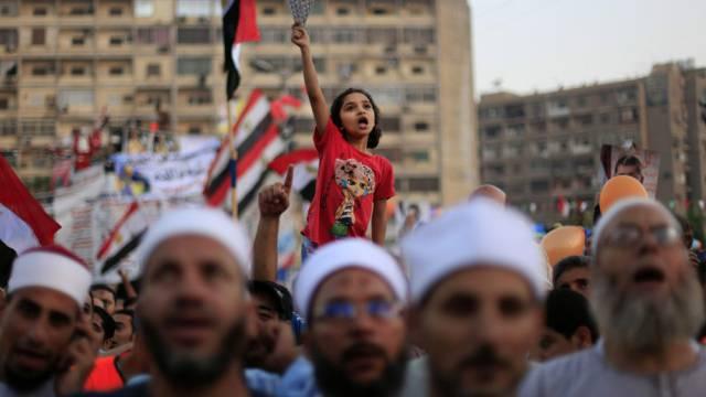 Ein Mädchen unterstützt die Teilnehmer einer Pro-Mursi-Kundgebung