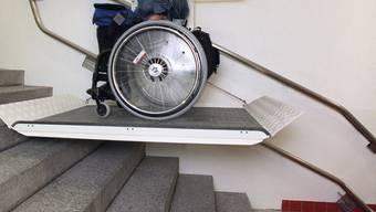 Eine an den Rollstuhl gebundene Studentin an der Uni Zürich (Symbolbild, Archiv)