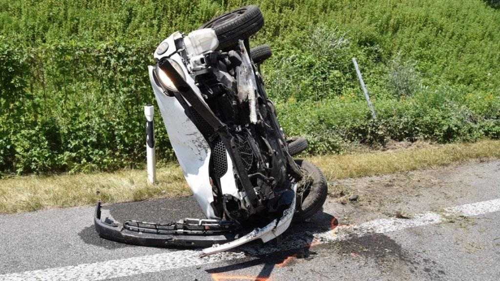 Ein spektakulärer Selbstunfall ist am Sonntag glimpflich ausgegangen. Eine 78-jährige Lenkerin fuhr auf der A13 bei Lostallo GR auf den Grünstreifen, worauf sich ihr Auto überschlug und umgekippt stehen blieb. Dabei wurde sie leicht verletzt.