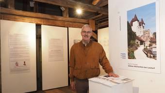 Rolf Leuthard präsentiert stolz die gehaltvolle Ausstellung im Dachgeschoss des Schlosses.