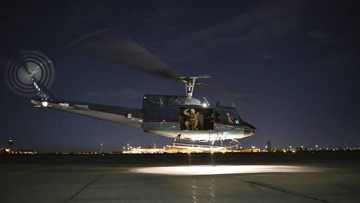 US-Aussenminister Mike Pompeo wird am Flughafen von Bagdad mit einem Helikopter abgeholt.