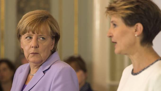 Die deutsche Bundeskanzlerin Angela Merkel mit Bundespräsidentin Simonetta Sommaruga bei einer Medienkonferenz. (Archivbild.)