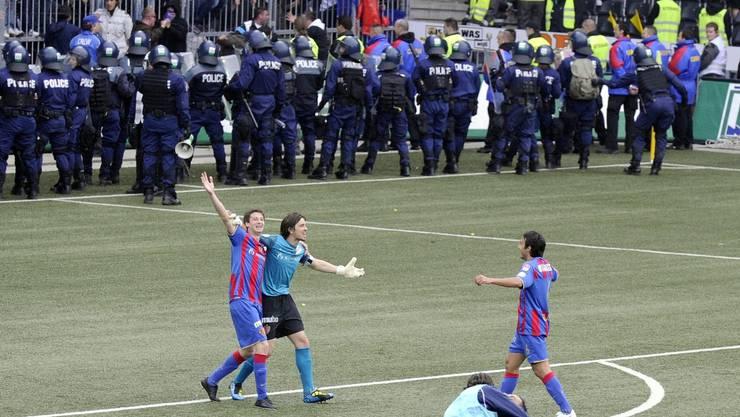 Feiernde FCB-Spieler, einsatzbereite Polizei: Wie bei der «Finalissima» 2010 wartet am Sonntag in Bern ein polizeiliches Grossaufgenbot.  Key