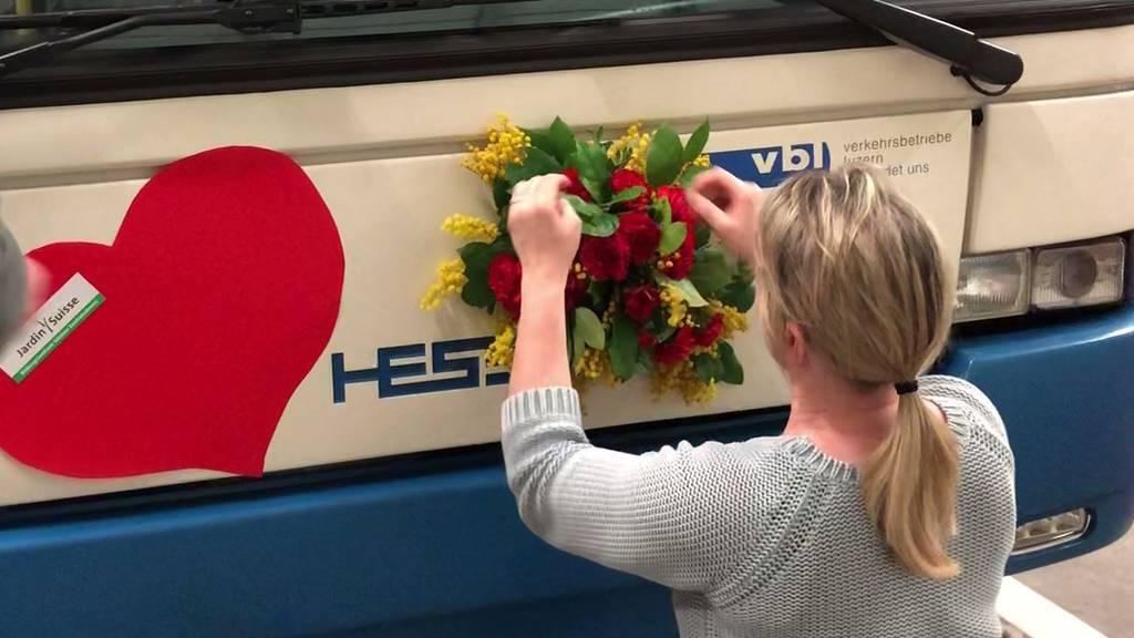 Pensionierte Floristen schmücken ÖV-Busse
