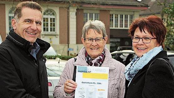 Die glückliche Gewinnerin Helene Felzhalb (Mitte) nimmt den Preis von Barbara Vontobel (Heimgarten Brugg) und Rainer Hartmann (Stiftung Domino) entgegen.