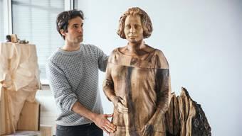 Künstler Inigo Gheyselinck mit der Figur von Architektin Lux Guyer (1894-1955), die er für die Woodvetia-Kampagne erschaffen hat.