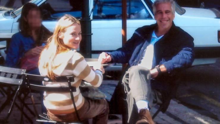 """HANDOUT - Chauntae Davies und Jeffrey Epstein in einem Filmausschnitt aus der dritten Folge der  Netflix-Serie """"Jeffrey Epstein: Stinkreich"""". Foto: --/Netflix/dpa - ACHTUNG: Nur zur redaktionellen Verwendung im Zusammenhang mit einer Berichterstattung über die Dokumentation und nur mit vollständiger Nennung des vorstehenden Credits"""