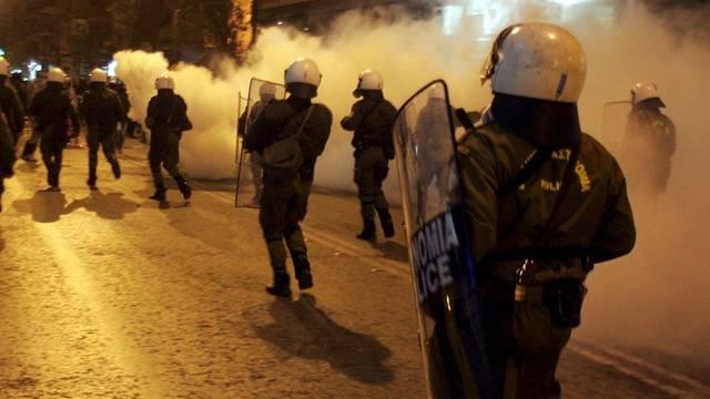 Polizisten schiessen Tränengas gegen Anarchisten in Griechenland (Archiv)