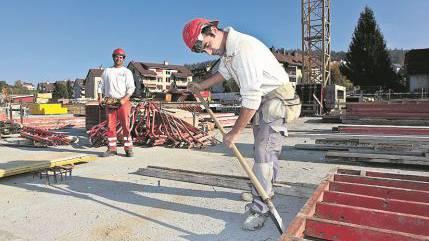 Bauarbeiter Koca Norton befreit Schalungselemente von Betonresten