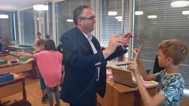 Regierungsrat Remo Ankli zu Besuch in der so.fit-zertifizierten Schule in Starrkirch-Wil. In einer bewegten Pause macht er gleich selbst mit.