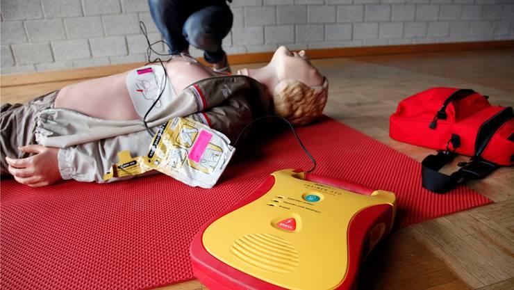 Fünf Minuten nach Alarmierung des Rettungsdienstes sollen bereits Freiwillige mit dem Defibrillator beim Patienten sein, so das Konzept der Spitäler AG.Archiv SZ