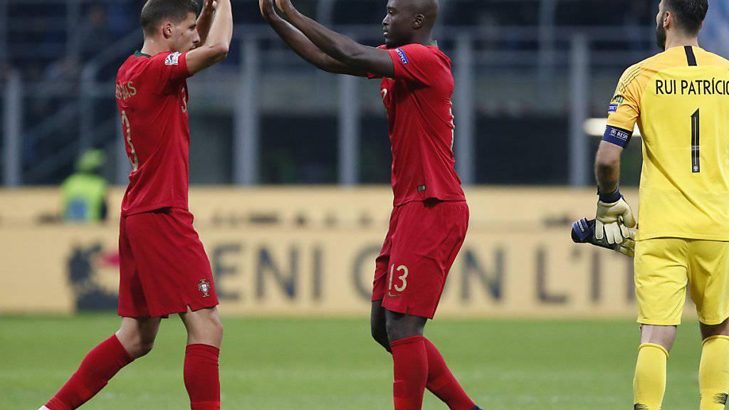 Ruben Dias (links) und Danilo können abklatschen: Mit dem 0:0 in Mailand erreichte Portugal sein Ziel