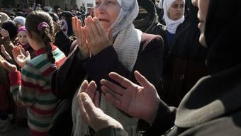 Eine Syrerin weint und betet während einer Demonstration gegen Präsident Assad in der Stadt Idlib