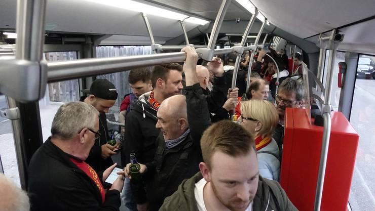 Der Bus ist bis auf den letzten Platz gefüllt, 130 Fans reisen nach Biel zum Heimspiel des EHCB