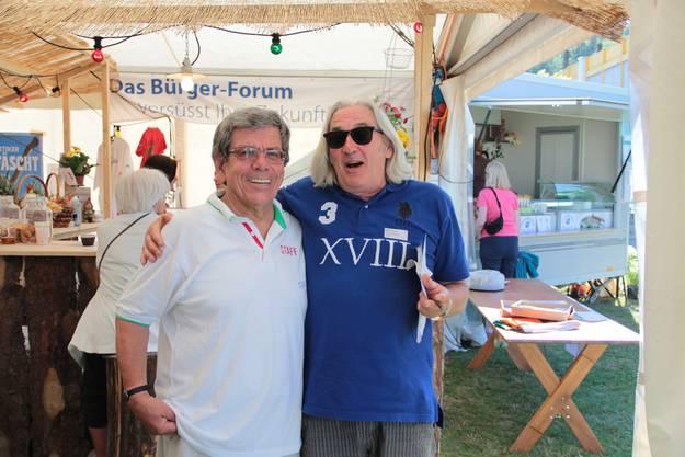 Werner Weibel (v.l.) und Stammgast Thomas von Dach freuen sich über den Erfolg des Fests.