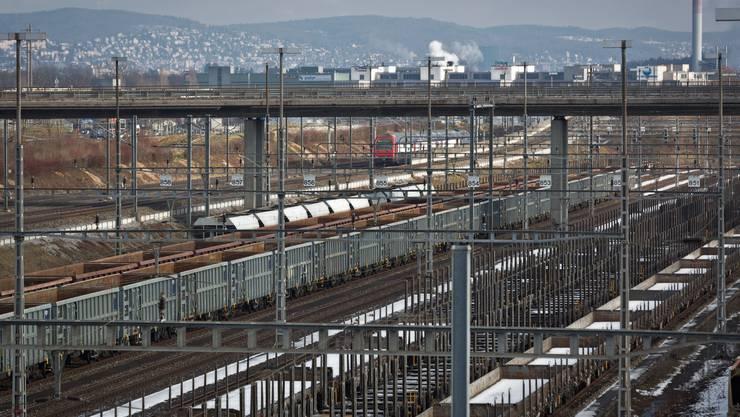 Hier beim Rangierbahnhof Limmattal in Diektikon/Spreitenbach sollen ab 2018 rund 600 Container pro Tag verarbeitet werden (Symbolbild)