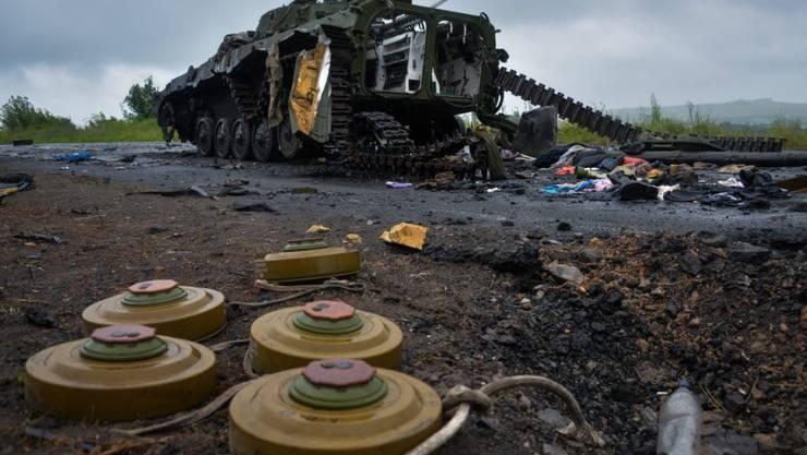 Landminen neben einem zerstörten Panzer der pro-russischen Rebellen nach einem Angriff durch die ukrainische Armee bei Slaviansk. (Archivbild)