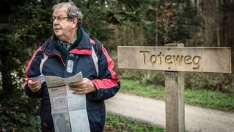 Erich Baumann vor dem Schild im Gönhardwald, das den alten Totenweg von Unterentfelden nach Suhr markiert.Chris Iseli