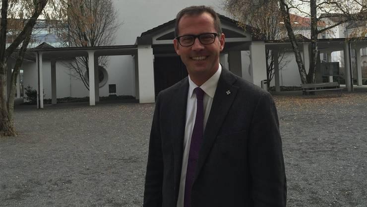 Gestern vor seiner neuen Wirkungsstätte: Pfarrer Gregor Tolusso.