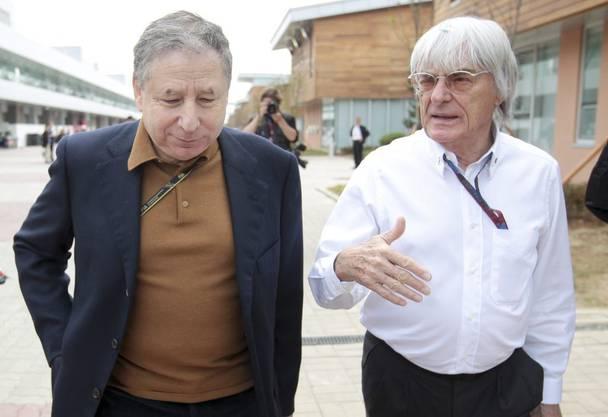 Der ehemalige Ferrari-Strategie Jean Todt berät sich mit Formel-1-Chef Bernie Ecclestone.