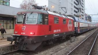 Vorne und hinten je eine Lokomotive, dazwischen sechs Doppelstockwagen: So sieht die neue Zugskomposition aus, die ab dem 9. Dezember in Spitzenzeiten das Freiamt mit Zürich verbindet. zvg