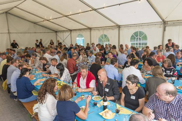 Gäste und Mitarbeiter beim geselligen Zusammensein