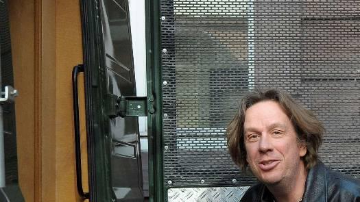 Jörg Kachelmann steigt in den Gefangenentransporter ein.