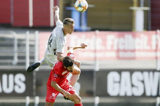 Damir Mehidic (l.) springt höher als Davide Calla (r.) und kommt mit dem Kopf an den Ball.