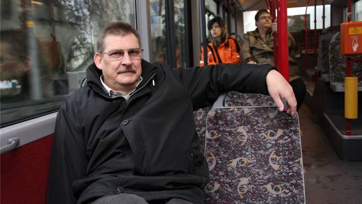 Grossrat Beat Leuenberger geniesst den vielen Platz im Bus auf Aargauer Boden – eng wirds erst nach der Kantonsgrenze. Aline Wüst