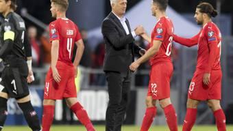 Vladimir Petkovic beglückwünscht seine Spieler zur Leistung gegen Gibraltar
