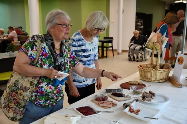 Im neuen Quartierlädeli im Pflegezentrum Süssbach werden frische, regionale Produkte angeboten. Am Eröffnungstag konnten die Besucherinnen und Besucher die neuen Produkte degustieren.