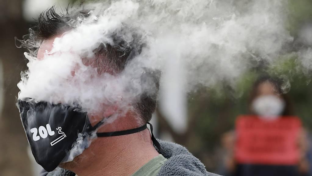 ARCHIV - Im Kampf gegen das Coronavirus hatte Südafrikas Regierung Ende März eine der weltweit strengsten Ausgangssperren verhängt, die auch einen Tabak-Bann vorsieht. Foto: Nardus Engelbrecht/AP/dpa