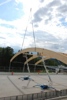 Anfangs werden die Holzbogen mittels zwei Querträgern verbunden