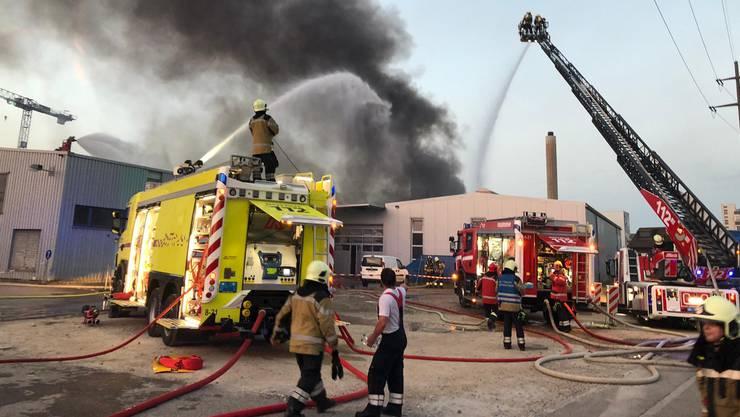 Der Brand vom Sonntagabend bei der Firma Galvaplast richtete grossen Sachschaden an.