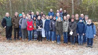 Teilnehmerinnen und Teilnehmer mit Kursleitern am Grundausbildungskurs in Wölflinswil. – Foto: chr