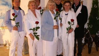 Madame Michèle (Mitte) hat mit ihren «Schülern» und Künstlern das Gesundheitszentrum in der Rheinfelder Salme Schüüre eingerichtet. (Bild: esw)